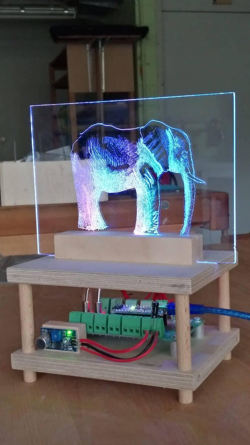 Schülerarbeit im Werken: Acrylglasbild graviert mit LEDs