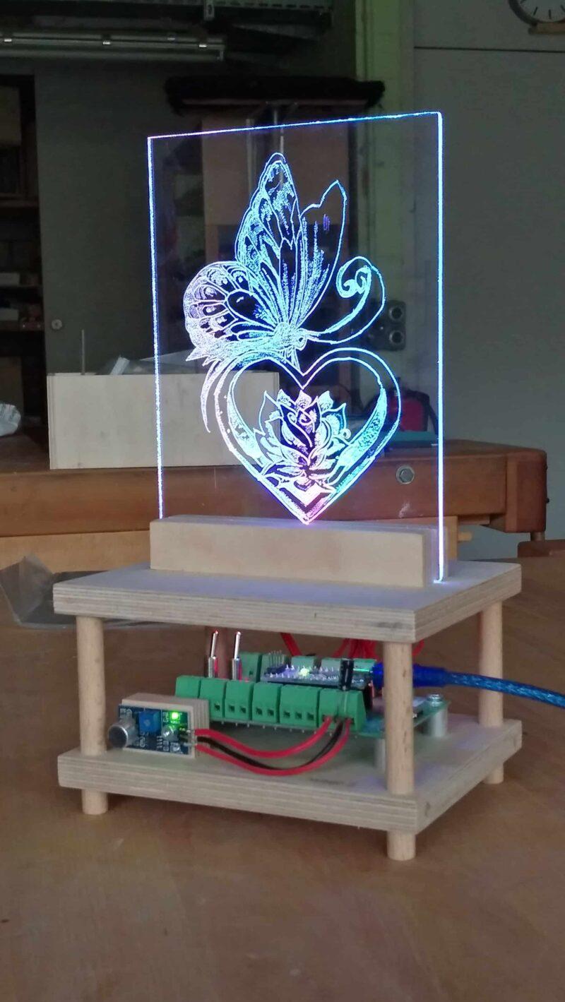 Schülerarbeit im Werken: Plexiglas Lampe mit LED und Arduino Soundsensor